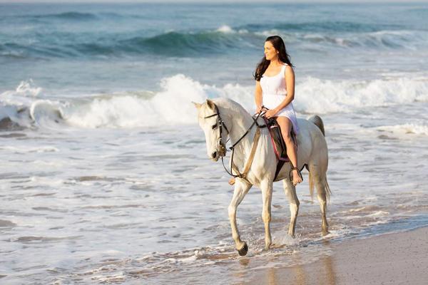 巴厘岛黑沙滩骑马001-锐景